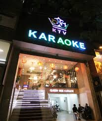 Nữ nhân viên phục vụ Nhà hàng, Quán hát karaoke có chỗ ở đ